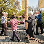 In Bayern ist es Tradition, unter dem Maibaum zu tanzen - als diese Damen das hörten, taten sie es auch