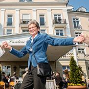 Tanz unter dem Maibaum am Caroline Oetker Stift in Bielefeld