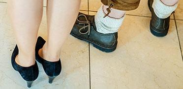Mit diesen Schuhen hat das Paar alles richtig gemacht: Pumps gehören zum Kostüm, Haferlschuhe zur Lederhose ... vielleicht erkennen Sie sogar die Träger