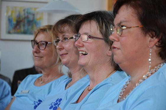 Alle Mitarbeiter und Mitarbeiterinnen des KWA Stifts Brunneck trugen zur KWA Geburtstagsfeier ein hellblaues Shirt mit dem 50-Jahre-KWA-Logo