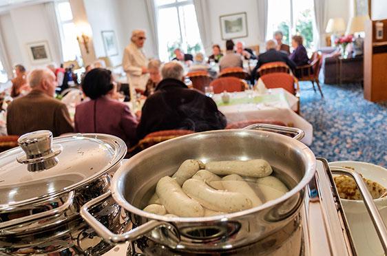 Weißwürste wurden serviert, um den bayerischen Wurzelen des Caroline Oetker Stifts gerecht zu werden: Schließlich wurde 50 Jahre KWA gefeiert