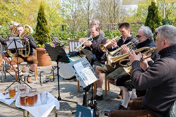 """Das Hövelhofer Blasensemble """"d`Wiesnhüpfer"""" spielte nach originaler Egerlandbesetzung auf"""