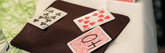 Auch einen Kartentrick hatten die Magierin und ihr Assistent im Repertoire