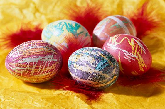 """""""Ei da Vinci"""": Eier-Künstler eifern dem Maler-Vorbild nach. Die Technik: Auf die Eier werden mit farblosen Wachsstiften Muster gemalt, dann kommen sie ins Färbebad."""