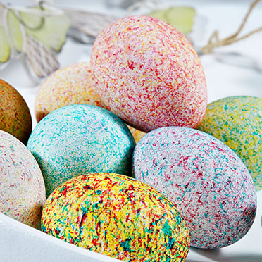 """""""Shake it"""" – Ein kreativer Oster-Spaß ist diese Eierfarbe mit dem Schütteltrick, der einen Sprenkel-Look zaubert."""