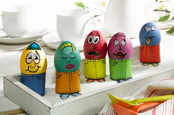 """""""Freche Eierköpfe"""": Erst färben, dann mit Stickern individuelle lustige Gesichter gestalten. Die Stanzbögen für die Eierbecher liegen ebenfalls der Packung bei."""