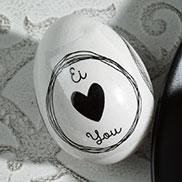 """""""Ei love you"""": Dekorhüllen mit Sprüchen, die nur ums Ei gelegt und kurz in kochendes Wasser getaucht werden. Geht in Sekundenschnelle."""