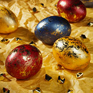"""""""Goldrausch"""": Luxuriöse Effekte wie für Eier am Zarenhof. Die Eier werden zuerst gefärbt und dann mit Goldfolie bearbeitet."""