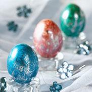 """""""Glitzer-Ei"""": Genau wie bei """"Goldrausch"""" werden die Eier zunächst gefärbt und dann jedoch mit Silberfolie bearbeitet."""