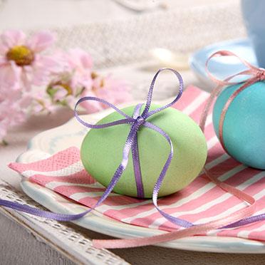 Wer für Kräftigbuntes nicht zu haben ist, kann in Pastelltönen färben. Dazu braucht man natürlich weiße Eier