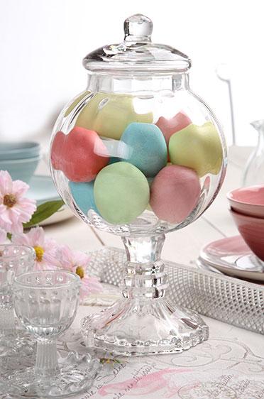 Im Glas arrangiert kommen pastellfarbene Eier besonders gut zur Geltung.