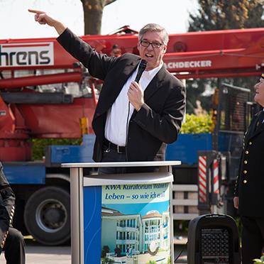 Hier zeigt Stiftsdirektor Arnd-Werner Schug auf den Maibaum ...