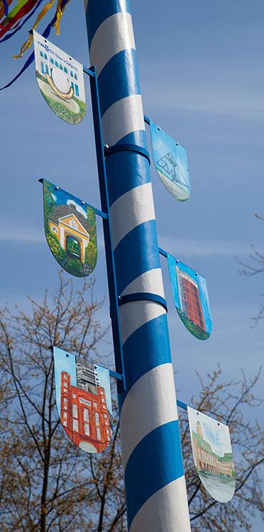 Die Schilder am Baum des KWA Stifts Urbana im Stadtgarten