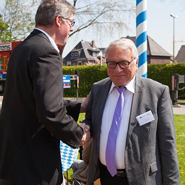 Stiftsdirektor Arnd-Werner Schug bedankt sich bei Bürgermeister Klaus Strehl für das Grußwort der Stadt Bottrop zum Jubiläum 50 Jahre KWA