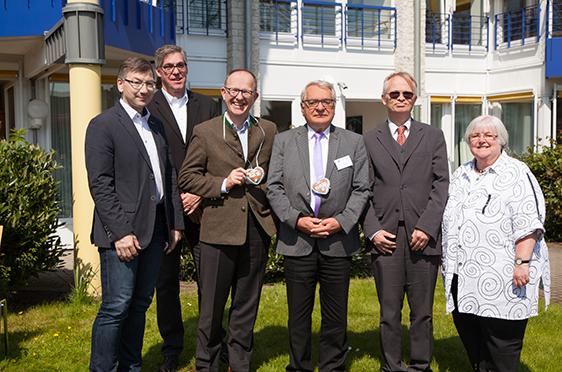 Von links: Peter Sommer (Leiter des Sozialamtes Bottrop), Arnd-Werner Schug (Stiftsdirektor), Dr. Stefan Arend (KWA Vorstand), Klaus Strehl (Erster Bgm. der Stadt Bottrop), Dr. Peter Speckamp (Beiratsvorsitzender), Jutta Pfingsten (Vors d. Seniorenbeirats)