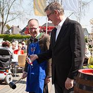 Vorbereitung des Bieranstichs zur 50-Jahre-KWA-Feier in Bottrop