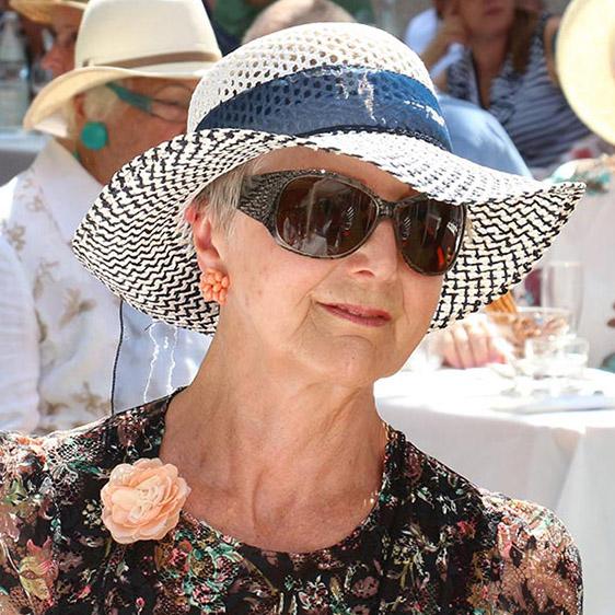 Ein Hut wie beim Pferderennen in Ascot - hier jedoch wird ein Jubiläum gefeiert: 45 Jahre KWA Parkstift Rosenau in Konstanz.