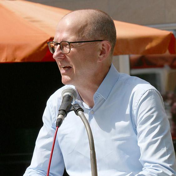 Auch KWA Vorstand Dr. Stefan Arend begrüßt Bewohner, Mitarbeiter und Gäste.