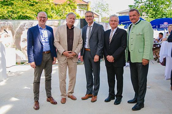 (von links) Dr. Stefan Arend (KWA Vorstand), Gerhard Schaller (Geschäftsführer KWA Bau und Immobilien), Michael Hisch (Verwaltungsleiter), Sebastian Friedelsperger (Klinikseelsorger), Jürgen Fundke (Bürgermeister Bad Griesbach)