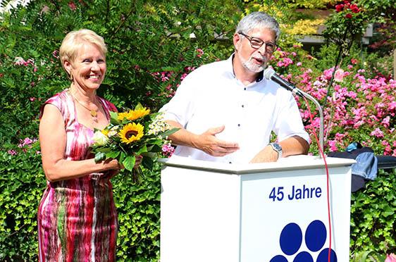 Stiftsdirektor Herbert Schlecht verabschiedet Birgit Wannenmacher, die langjährige Kundenbetreuerin im Parkstift Rosenau in den Ruhestand.
