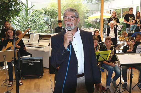 Stiftsdirektor Herbert Schlecht stellt die Schülerjazzband des Suso-Gymnasiums vor.