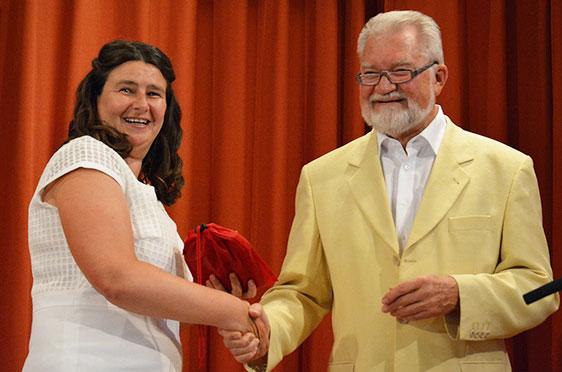 Stiftsdirektorin Anja Schilling mit dem Stiftsbeiratsvorsitzenden Volker Schulze - der hier als Geschenk ein Geldsäckchen überreicht. Das ist gefüllt mit mehr als 1000 Euro: von Bewohnern für eine Mitarbeiter-Sause.
