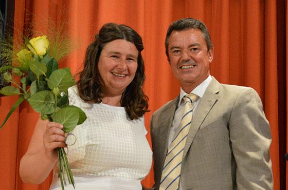 Bad Krozingens Bürgermeister Volker Kieber hat als Geschenk der Stadt nicht nur Rosen mitgebracht, sondern auch noch einen Gutschein über eine Kulturveranstaltung im KWA Parkstift St. Ulrich.