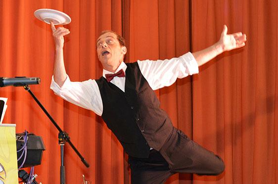Hopperla - trotz akrobatischer Einlagen auf hohem Niveau, ging am Ende gerade einmal ein einziger Teller entzwei. Wahrscheinlich mit Absicht, denn: Scherben bringen Glück!