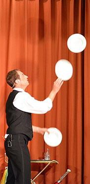 Fliegende Teller beim Stiftsjubiläum - Gott sei Dank nicht in der Küche, sondern auf der Bühne: dank François. Ohlala.