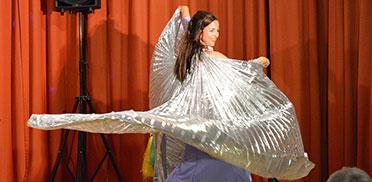 Nicht minder fesselnd: Die atemberaubenden Bilder, die Mirjam mit ihrem Kostüm auf die Stiftsbühne zaubert.