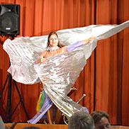 Kostüm und Tänzerin verschmelzen zu einem Gesamtkunstwerk ...