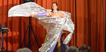 Wie eine Zauberfee tanzt die Künstlerin vor den staunenden Augen von Bewohnern, Gästen und Mitarbeitern des KWA Parkstifts St. Ulrich.