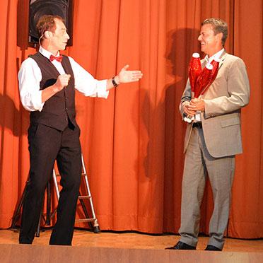 François ist immer für eine Überraschung gut: Er holt Bürgermeister Volker Kieber auf die Bühne und drückt ihm Kegel in die Hand.