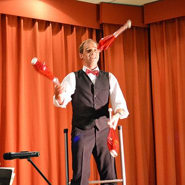 Und so kann François auf der Leiter seine Jonglier-Kunst vorführen: Bravo!