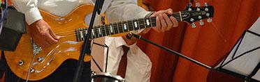 An der Gitarre: Andreas Lorz, Stiftsdirektor im KWA Parkstift Aeskulap in Bad Nauheim.