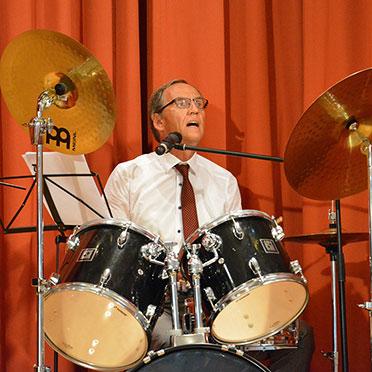 Der Drummer und Sänger Manred Zwick in Aktion.