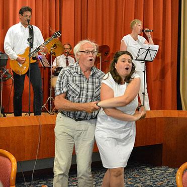 """""""Mit 66 Jahren"""" wird zum Feger: dank Stiftsdirektorin Anja Schilling und ihrem Tanzpartner Klaus-Peter Röbel, der als Chefkoch ab der ersten Stunde 35 Jahre lang die Küche des Parkstifts leitete: bis zu seiner Pensionierung vor fünf Jahren."""