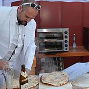 Verschiedene Mitarbeiter gehen ihm dabei zur Hand - auch solche, die dienstfrei und Lust auf Frischgebackenes hatten ...