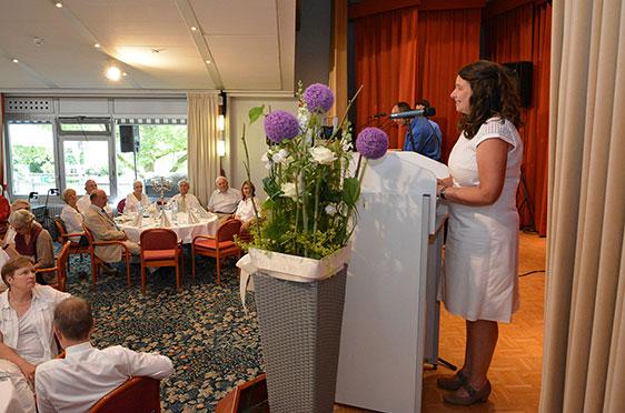 Stiftsdirektorin Anja Schilling eröffnet die Feier mit einer Ansprache.