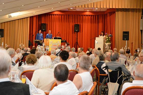 Nicht nur dieser Festsaal, sondern auch der Clubraum und das Foyer des KWA Parkstifts St. Ulrich sind mit Bewohnern, Besuchern und Mitarbeitern gefüllt bei der Feier zum 40. Hausgeburtstag.